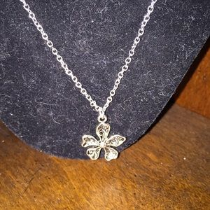 Silver Flower Necklace 💕 FREE SHIPPING 💕
